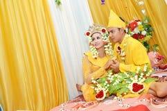 印度尼西亚新娘夫妇 免版税图库摄影