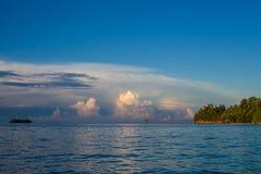 印度尼西亚村庄热带海滩的全景平房在巴厘岛日出 夏季加勒比海洋 免版税库存照片