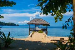 印度尼西亚村庄热带海滩的照片平房在巴厘岛 夏季加勒比海洋 水平的照片 免版税库存照片
