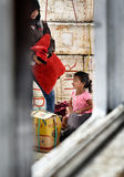 印度尼西亚母亲和女儿码头的通过船窗口 免版税库存照片