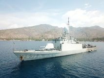 印度尼西亚海军军用船停住在巴厘语海点在Amed 图库摄影
