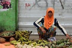 从印度尼西亚的人们,卖菜的妇女 库存图片