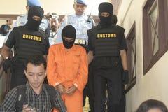 从印度尼西亚的学生怀疑海关城市捉住的药物传讯者走私药物苏腊卡尔塔 库存照片