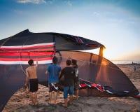 去印度尼西亚的男孩飞行风筝 免版税图库摄影