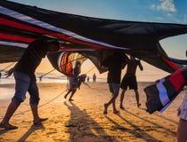 去印度尼西亚的男孩飞行风筝 免版税库存图片