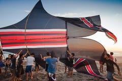 去印度尼西亚的男孩飞行风筝 库存图片