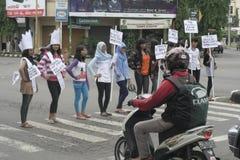 印度尼西亚的行动和看起来俏丽的村庄构成学生2014年 免版税库存照片