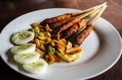 印度尼西亚盘龙目岛:心满意足Pusut在棍子特写镜头的用卤汁泡的肉混合 库存照片
