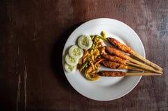 印度尼西亚盘龙目岛:心满意足Pusut在棍子的用卤汁泡的肉混合留出的更多拷贝空间 免版税图库摄影