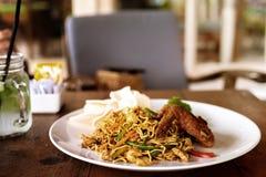 印度尼西亚食物,米氏goreng ayam,与鸡的油煎的面条 巴厘岛印度尼西亚 免版税库存照片