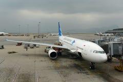 印度尼西亚鹰航空公司空中客车330-200在香港机场 免版税库存图片