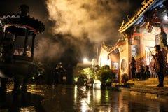 印度尼西亚,万隆中国镇- 2018年10月15日:中国镇寺庙情况乘与妇女祷告的瓷新年的机会 图库摄影