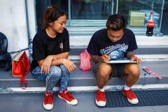 印度尼西亚,巴厘岛,库塔- 2017年10月01日:时髦的青年人绘城市的街道 库存图片