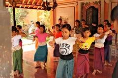印度尼西亚, Ubud;2013年4月28日-孩子学会传统巴厘语舞蹈 图库摄影