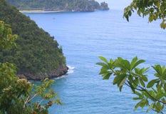 印度尼西亚:海和树看法在亚齐 免版税库存照片