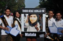 印度尼西亚活动家庆祝马拉拉诺贝尔和平奖奖 库存照片