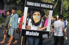 印度尼西亚活动家庆祝马拉拉诺贝尔和平奖奖 库存图片