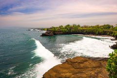 巴厘岛海湾白色巨大的波浪 免版税库存图片