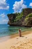 印度尼西亚巴厘岛- 4月18日:婚姻在4月18日的Balangan海滩 免版税图库摄影