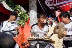 印度尼西亚 龙舞蹈表现在春节庆祝时 库存图片