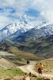 印度山的二辆摩托车游人 免版税库存照片