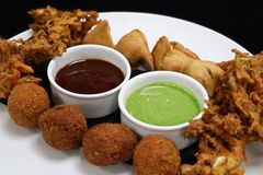 印度快餐pakora电镀工用薄菏和罗望子树调味汁 库存图片