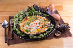印度支那泛油煎了与顶部的鸡蛋在我的自创泰国样式 库存照片