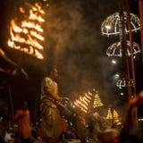 印度教士执行Agni梵语的Pooja :火崇拜在Dashashwamedh瓦腊纳西Ghat的-主要和最旧的ghat  图库摄影