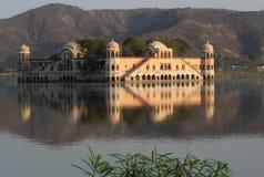印度斋浦尔宫殿反映水 免版税库存照片