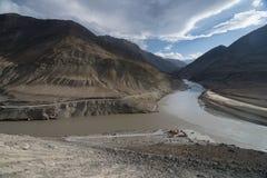 印度斯和Zanskar在leh城市附近的河合流 库存照片
