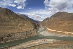 印度斯和Zanskar河的合流是两不同col 免版税库存图片