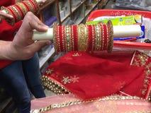 印度旁遮普人样式婚礼新娘红颜色惊人的chura 免版税库存图片