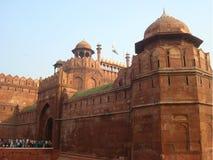 印度旅行旅游业背景-德里红堡& x28; Lal Qila& x29;德里-世界遗产名录站点 黑色公用德里印度人模式乘坐三运输tuk都市被转动的黄色 免版税库存照片