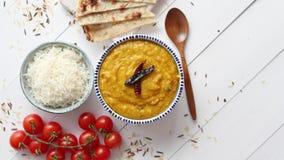 印度普遍的食物Dal油炸物或传统Dal Tadka咖喱在碗服务 股票录像