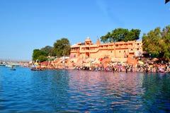 印度朝圣站点,在伟大的kumbh mela, Ujjain,印度的kshipra河宽视图 库存图片
