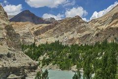 印度河,镇静水蓝绿色颜色,树的山峡谷沿河床,喜马拉雅山增长 库存图片