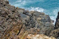 印度洋的岩石海岸 免版税图库摄影