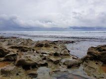 印度洋的石海岸在风暴前的 库存照片