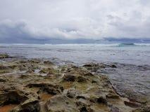 印度洋的石海岸在风暴前的 免版税库存照片