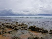 印度洋的石海岸在风暴前的 免版税库存图片