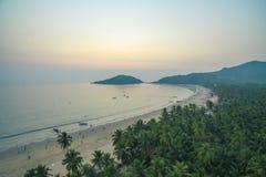 印度洋美好的海岸线鸟瞰图有热带森林、沙滩和镇静大海的在果阿, Palolem海滩 库存图片