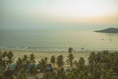 印度洋美好的海岸线鸟瞰图有热带森林、沙滩和镇静大海的在果阿, Palolem海滩 免版税库存图片