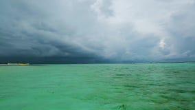 印度洋,马尔代夫出色的意见  巨大的黑白色云彩和重的降雨量在距离 股票视频