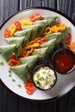 印度烹调菠菜samosa服务与菜和两个调味汁特写镜头在板材 垂直的顶视图 免版税库存图片