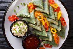 印度烹调菠菜samosa服务与菜和两个调味汁特写镜头在板材 水平的顶视图 免版税库存图片