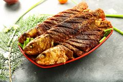 印度烹调,油煎的鱼用异乎寻常的香料 库存照片