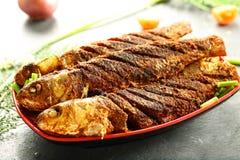 印度烹调,油煎的鱼用异乎寻常的香料 免版税库存图片