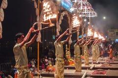 印度瓦腊纳西 在Dasashvamedh Ghat的甘加Aarti仪式 在D的rti仪式 库存图片