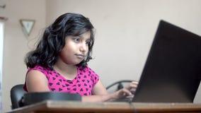 印度白人女孩,头发短,在家庭办公室的笔记本电脑上打字 关闭侧视图快照 影视素材