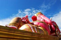 印度神阁下Ganesha的美好的大桃红色颜色在白天有白色云彩和蓝天背景 库存照片